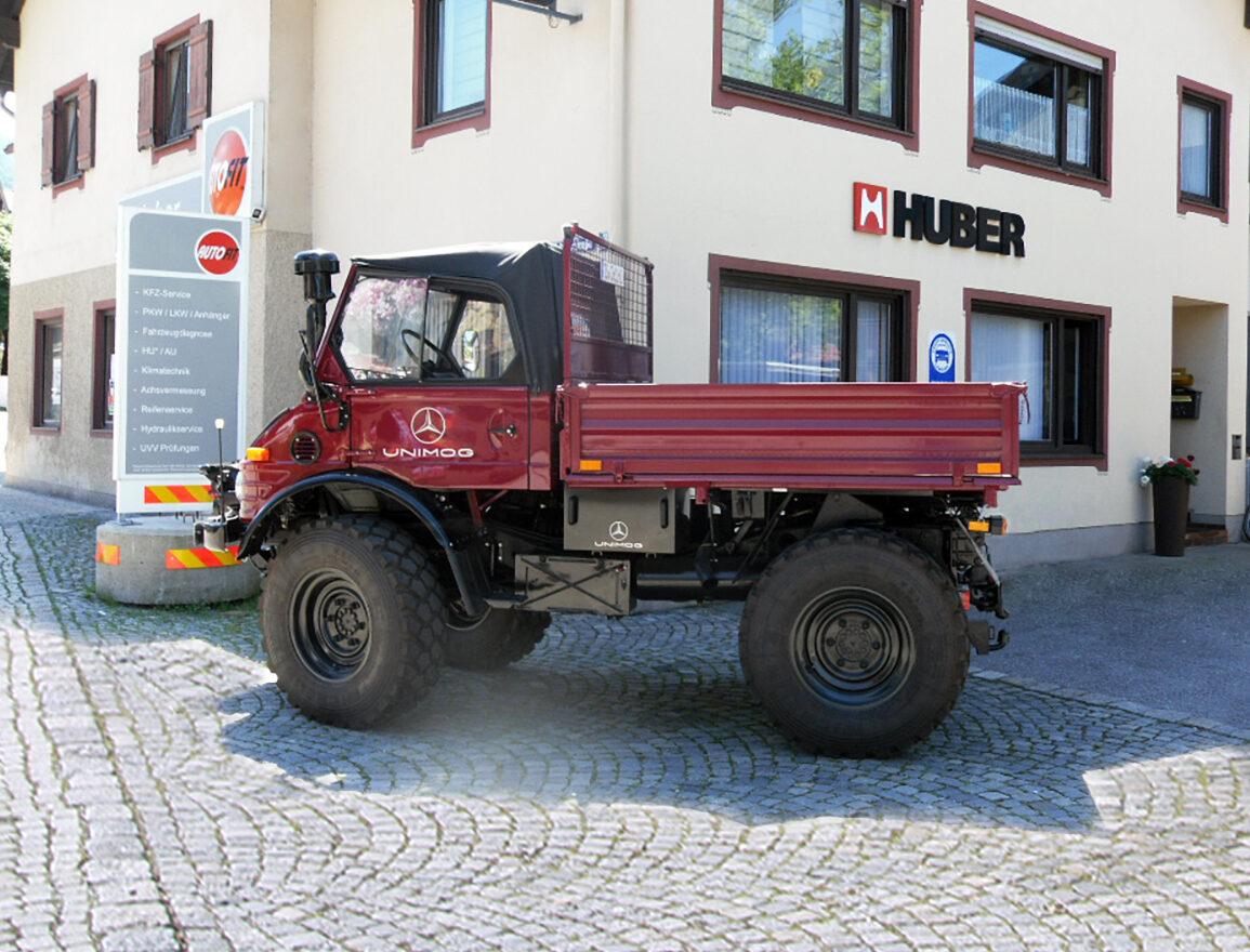 Ein Unimog Nutzfahrzeug eines Kunden steht vor unserem Bürogebäude